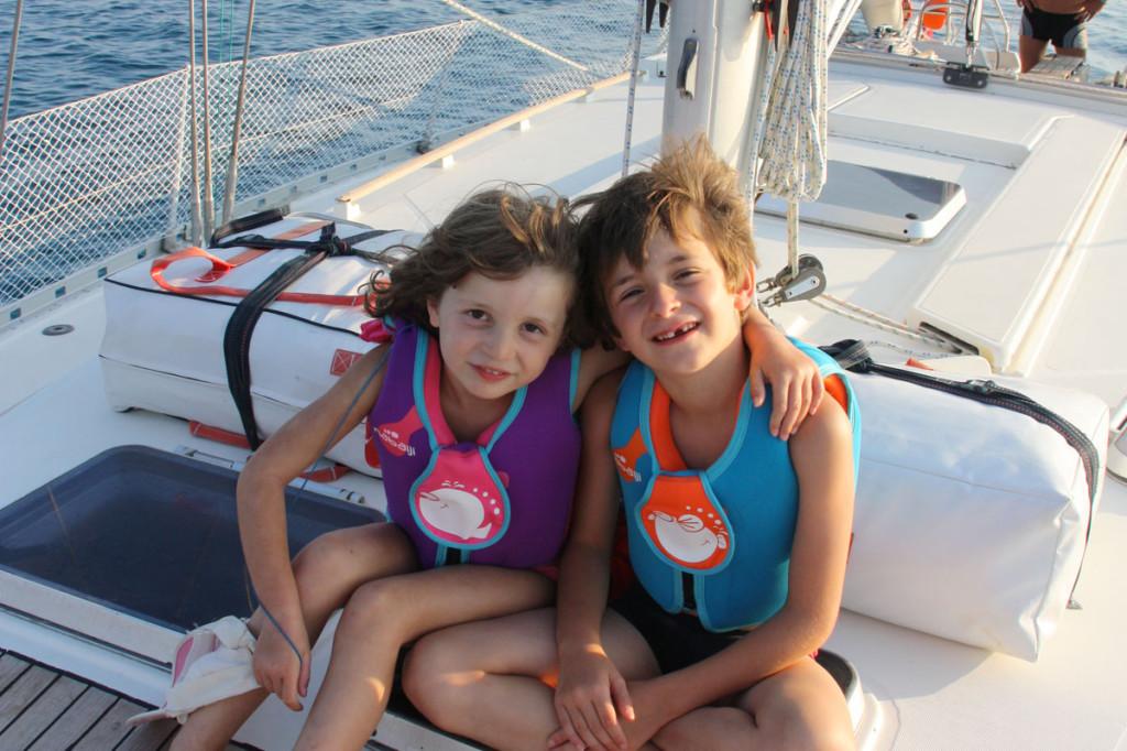 Les enfants à bord du voilier Luckystar en Corse