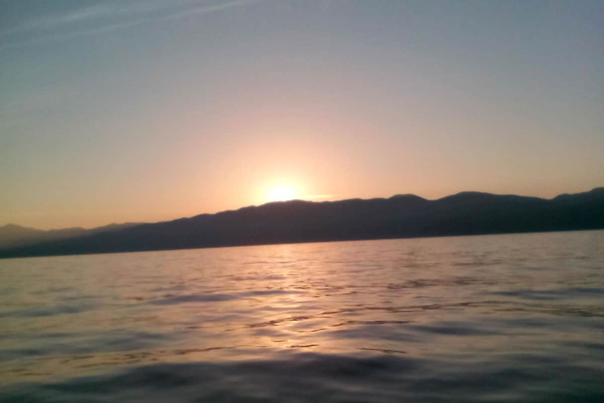 Coucher de soleil en Corse à bord d'un voilier de location